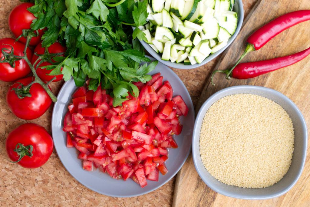 Scharfer Couscous Salat mit Tomaten, Zucchini, Chili und Petersilie | Zutaten auf einen Blick | Panama Quadrat