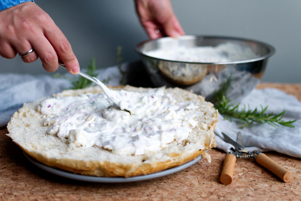 Fladenbrot-Flammkuchen: Die Jogurt-Käse-Mischung auf dem Brot verteilen | Panama Quadrat