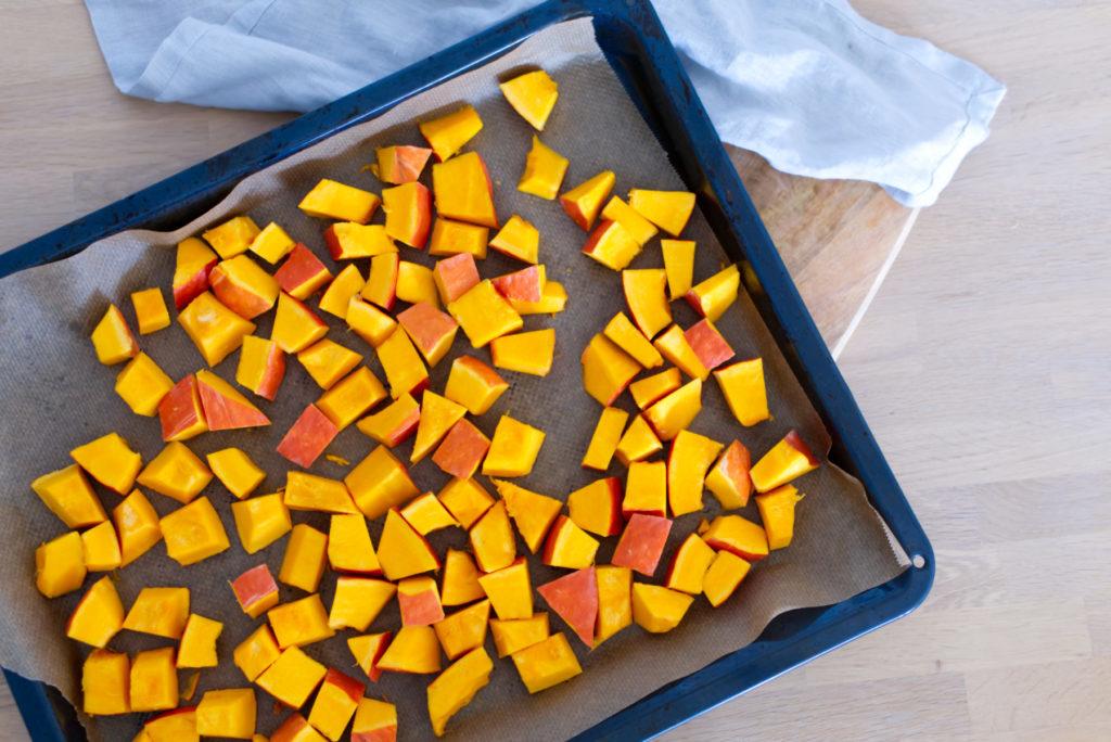 Für den Kürbis-Linsen-Salat den Kürbis in Stücke schneiden | Panama Quadrat