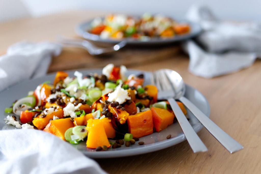 Der Kürbis-Linsen-Salat mit Fetakäse und Crema Balsamico schmeckt unfassbar lecker und steht in 30 Minuten auf dem Tisch | Panama Quadrat