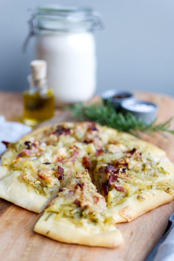 Das Glück kommt aus dem Ofen: Lust auf ein Stück Kartoffel-Speck-Pizza? | Panama Quadrat