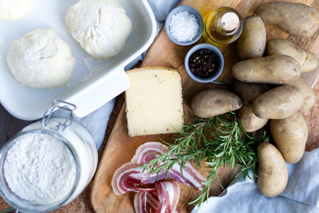 Kartoffel-Speck-Pizza: Mit wenigen Zutaten zum Glück – Speck, Kartoffeln, Rosmarin und Bergkäse | Panama Quadrat