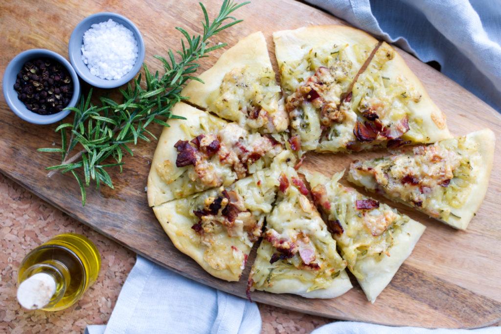 Ein Stück vom Glück frisch aus dem Ofen: Kartoffel-Speck-Pizza | Das Rezept für die beste Pizza der Welt | Panama Quadrat