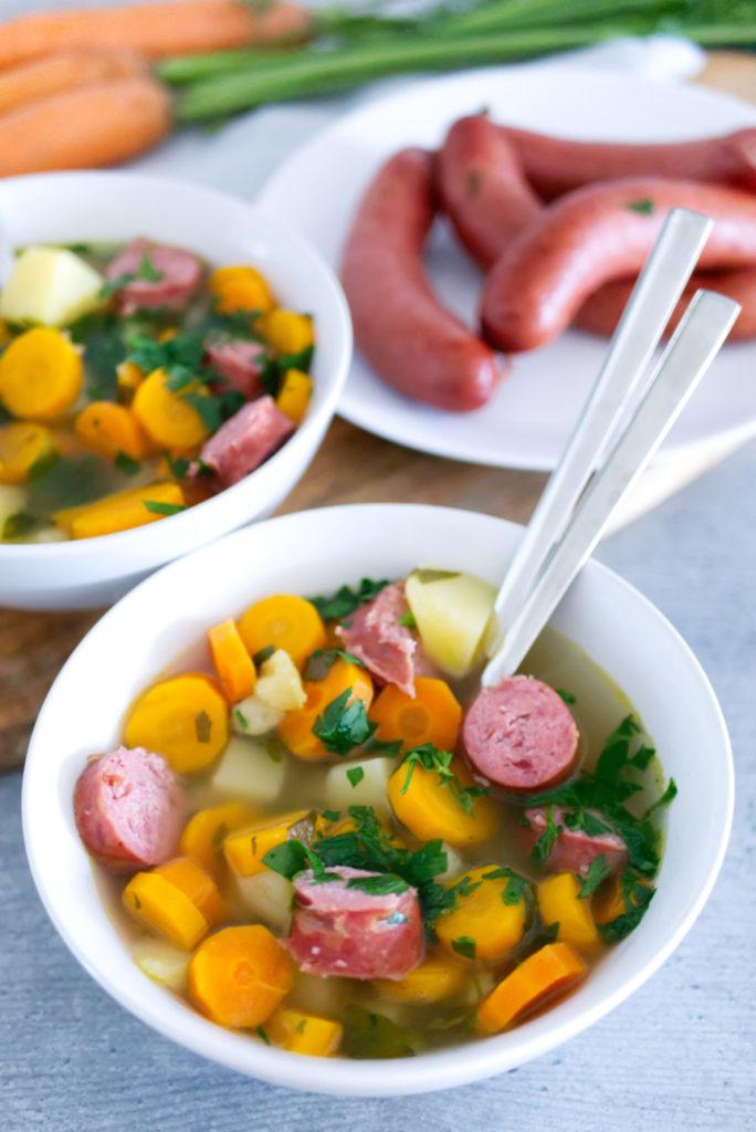 Essen wie bei Oma: Möhren-Kartoffel-Eintopf | Mehligkochende Kartoffel, frische Möhren, würzige Petersilie und herzhafte Mettendchen | Panama Quadrat