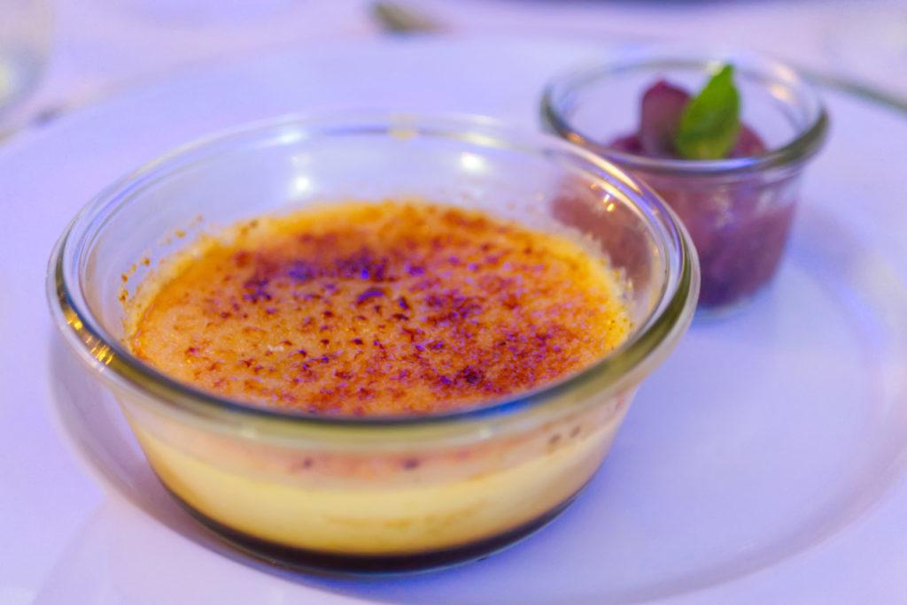 Bei Hothums Weinreise wurde uns in der Hafenkäserei zum Nachtisch eine Goldschatz Crème Brûleée serviert. Der 24 Monate gereifte Gouda hat der Crème Brûleée eine leicht salzige Note verliehen und für den krönenden Abschluss des Abends gesorgt. | Panama Quadrat