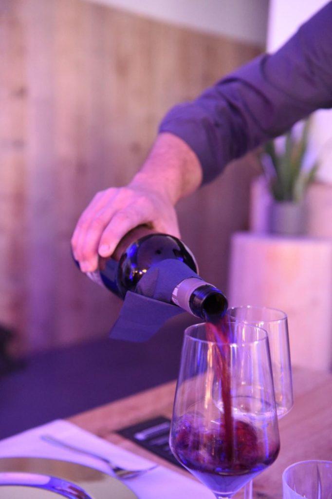 Hothums Weinreise: Der Winzer serviert uns seinen Rotwein | Panama Quadrat
