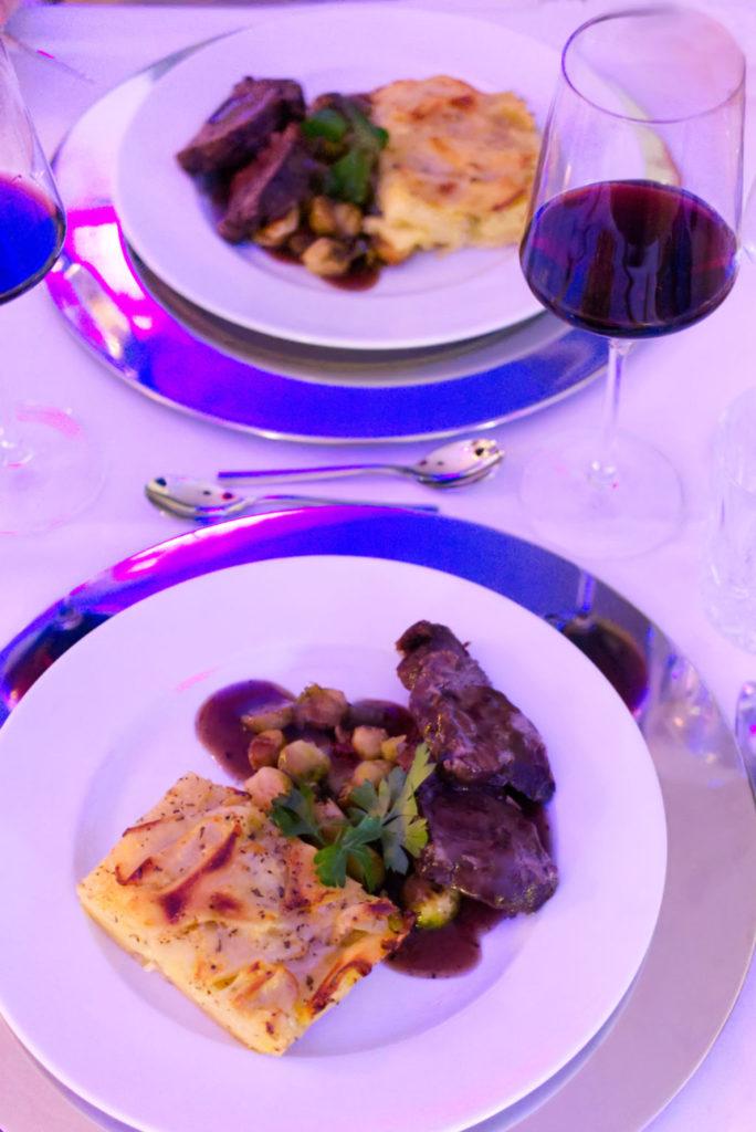 Das Hauptgericht bei Hothums Weinreise in der Hafenkäserei: Rinderbraten in Rotwein gegart mit Kartoffelgratin und gebratenem Rotkohl – dazu Rotwein | Panama Quadrat