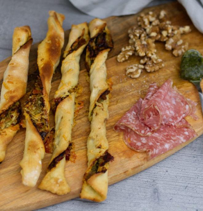 Pizzastangen mit Walnüssen, grünem Pesto und italienischer Salami | Panama Quadrat