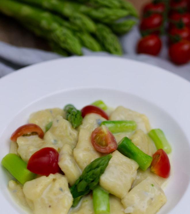 Gnocchi-Pfanne mit grünem Spargel und Gorgonzola: Köstliche selbst gemachte Gnocchi, knackigen grünen Spargel, fruchtige Honig-Cherry-Tomaten und herrlich cremige Gorgonzola-Sauce angerichtet auf einem Teller. | Panama Quadrat